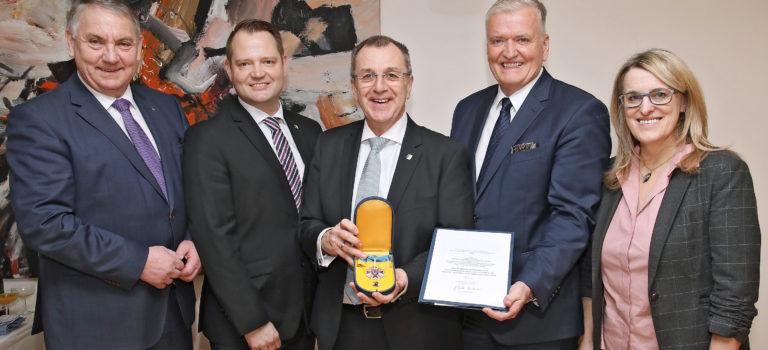 Hohe Auszeichnung für NÖ GVV-Präsident Dworak
